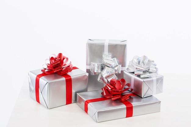 Стильно упакованные коробки с крупным планом подарков.