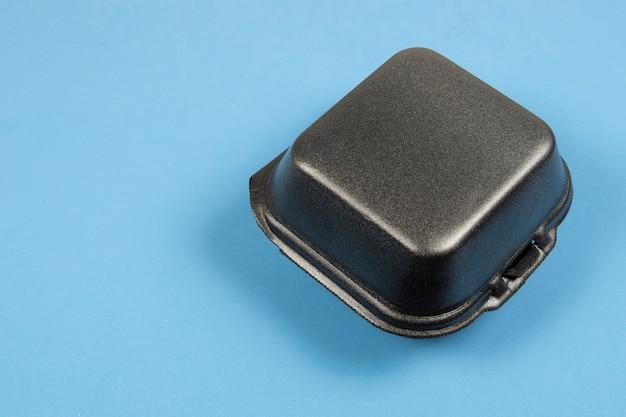 ハンバーガーの配達のために閉じられた発泡スチロールの包装黒