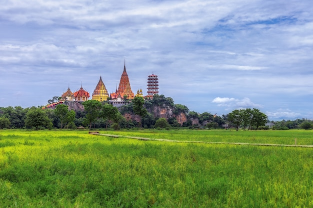 スア洞窟寺院「ワットタムスア」カンチャナブリ、タイ。アジアのランドマークが広角から撮影。