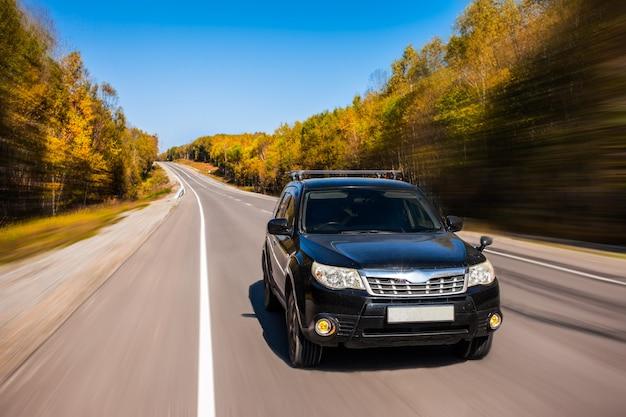 Subaru forester движется по дороге осенью