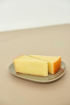 チーズの食感が見える部分のチーズの被写体写真
