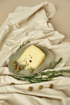 Тематические фотографии сыров в разрезе, где видна текстура сыра