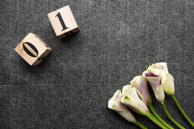 花束と立方体を日付で撮影した被写体。