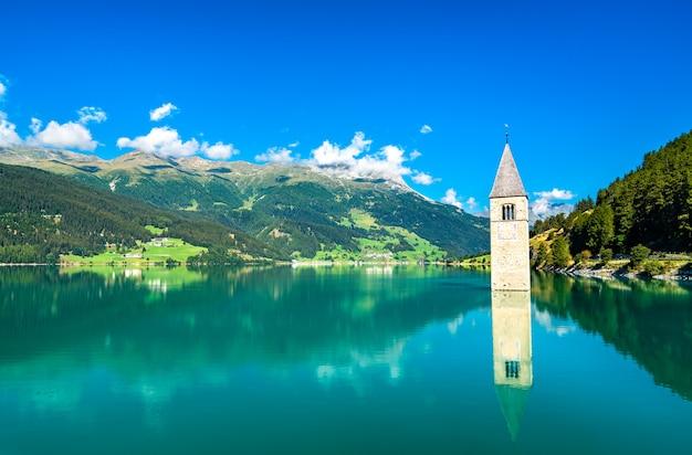 イタリア、南チロルのレッシェン湖のクローン・イム・ヴィンシュガウにある鐘の音が聞こえる鐘楼