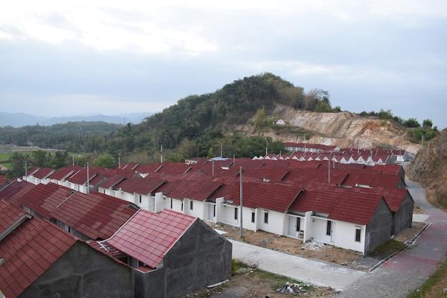 青空の公営住宅は、人々が新しい家を建てて所有するのを助けるプログラムを見る