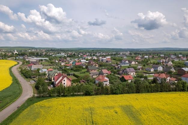 Пригородные дома возле полей