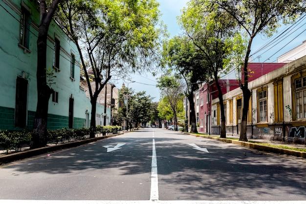 Strada suburbana in una giornata di sole