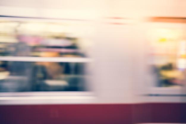 Автомобиль метро проходя мимо быстро