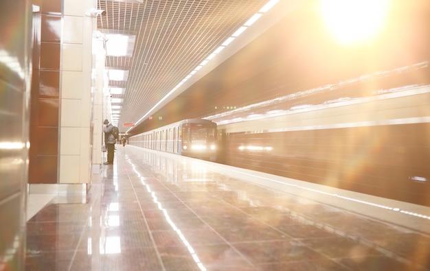 Вагон метро с пустыми местами. пустой вагон метро.
