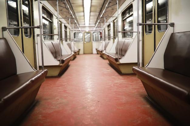 빈 좌석이 있는 지하철 차량. 빈 지하철 차량입니다.