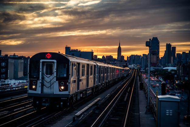 Поезд метро в нью-йорке