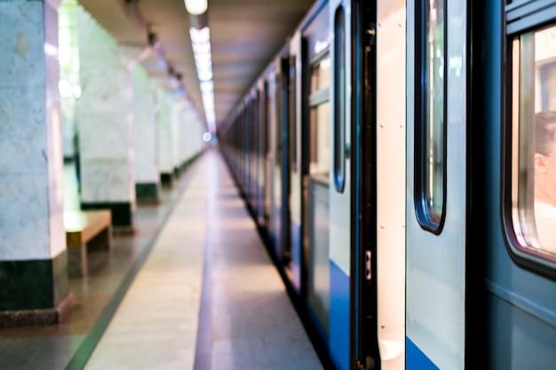 Поезд метро, стоящий на станции метро с открытыми дверями