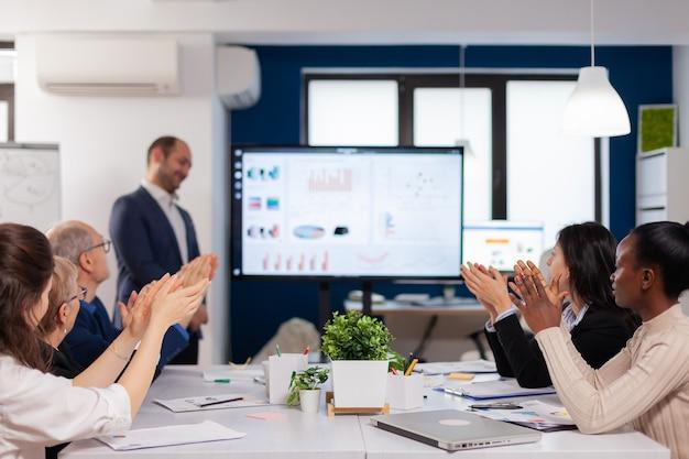 디지털 장치를 사용하여 회사의 좋은 진화를 제시하는 성공적인 사업가
