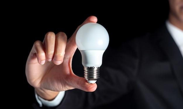 성공 사업가 성공 비즈니스 창의적 사고 아이디어 개념에 대 한 전구 개최