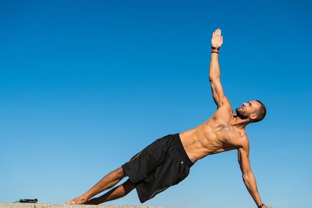 Успех приходит с упорством. мускулистый мужчина занимается спортом. достижение успехов в спорте. мужчина развивает мышечную силу и силу. спорт и здоровье. моя цель - сохранить хорошее здоровье.