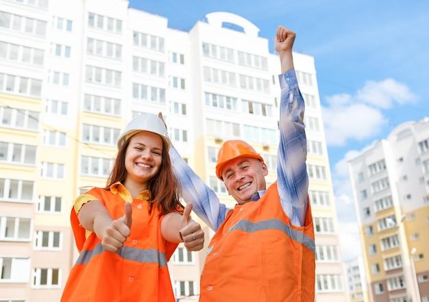 家に対する女性と男性の建設労働者の成功