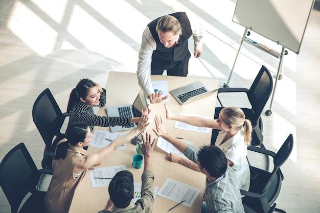 Успех группы деловых людей с объединением рук.