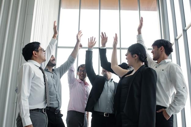 Успех на встрече команды азиатских людей и иностранцев.
