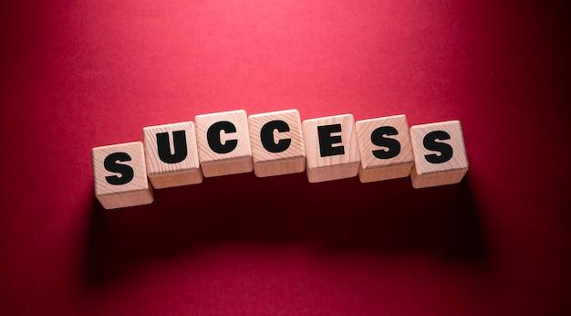 木製の立方体に書かれた成功の言葉