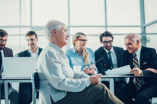 オフィスでの仕事の会議で成功した大人の実業家。ビジネスの女性