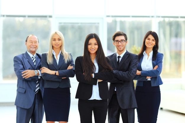 オフィスの背景に成功し、幸せなビジネスチーム