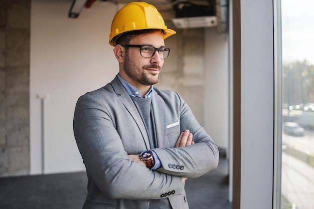 팔 건설 과정에서 건물에 서 성공적인 건축가 넘어와 물마루 창을 찾고.