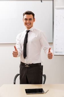 成功した銀行員の若いキャリア主義のビジネスマン