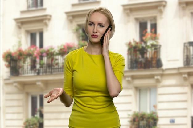 Успешная блондинка разговаривает по телефону