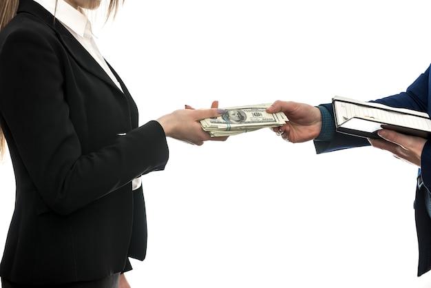 白い背景に分離されたパートナー間の成功したビジネス契約。ドル。財務コンセプト