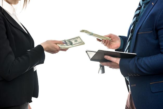 白い背景に分離された自動車販売のパートナー間の商談が成功しました。ドル。金融の概念。
