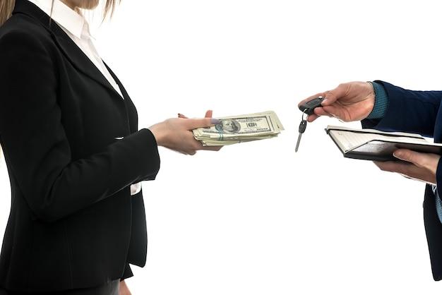 흰 벽에 고립 된 자동 판매 파트너 간의 성공적인 비즈니스 거래. 달러. 금융 개념.