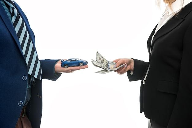 자동차 판매를위한 파트너 간의 성공적인 비즈니스 거래가 분리되었습니다. 달러. 금융 개념.