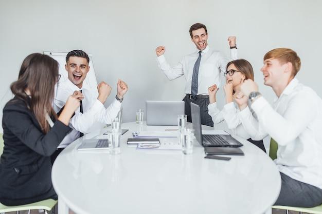オフィスの人々のグループとの成功したビジネス会議。チームワークの概念。