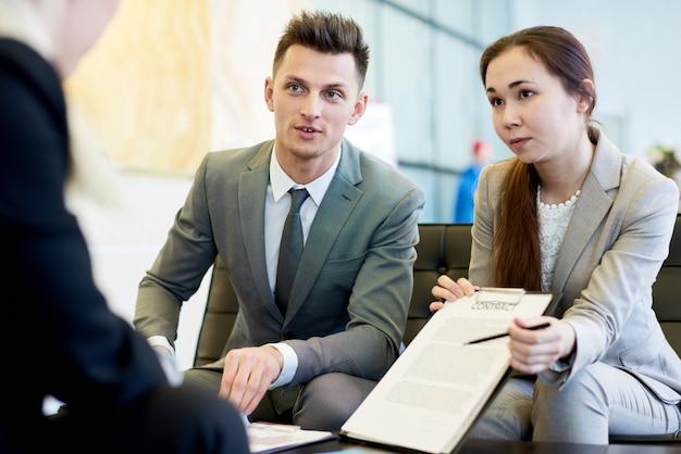 会議で成功したビジネス人々