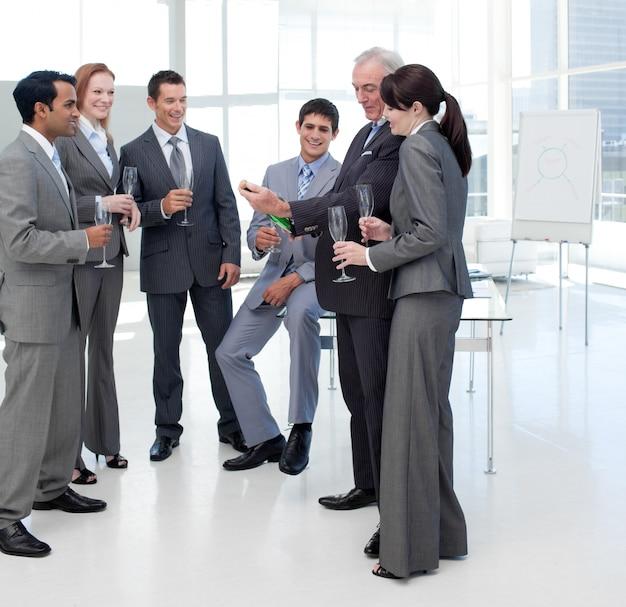 シャンパンのボトルを見て成功したビジネスの人々