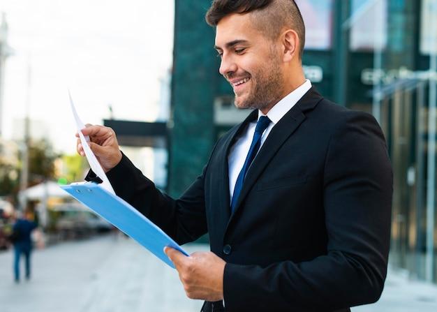 屋外で働く成功したビジネスパーソン