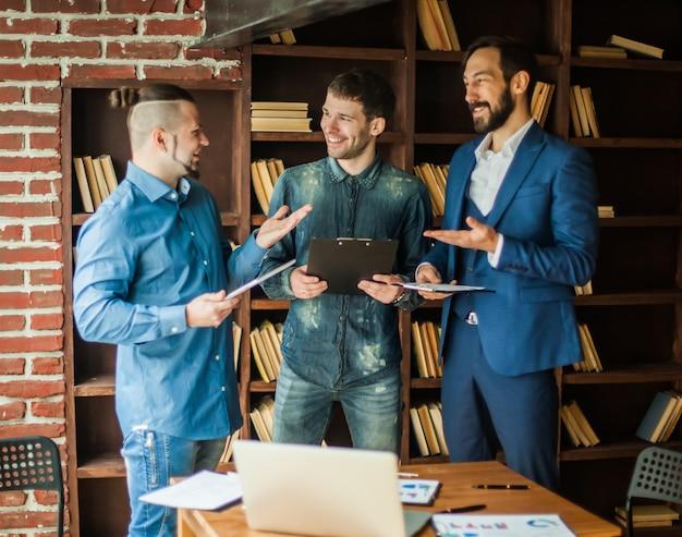 Успешная бизнес-команда обсуждает план работы в современном офисе