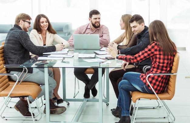 사무실에서 작업 장소에서 작업 세션을 들고 성공적인 비즈니스 팀
