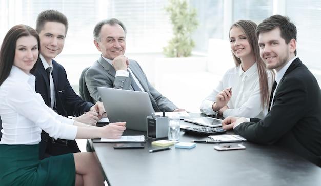 Успешная бизнес-команда на рабочем месте в офисе