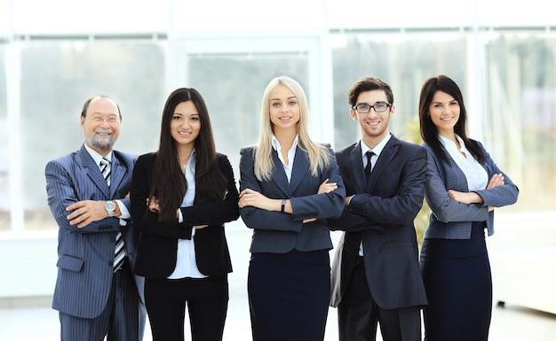 밝고 현대적인 사무실의 배경에 성공적인 비즈니스 팀