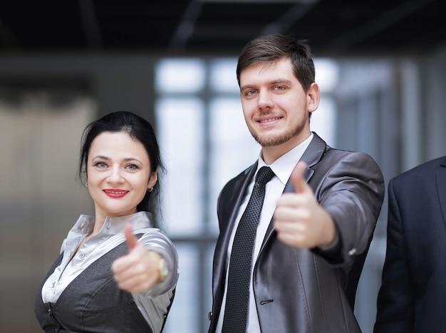 親指を立てて成功したビジネスチーム