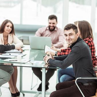 現代のオフィスのデスクに座って成功したビジネスチーム