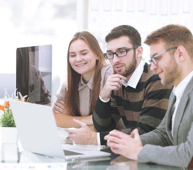 Успешная бизнес-команда, сидя за столом