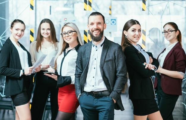 成功したビジネスチームリーダー。年間収益の結果に微笑んでいる企業の専門家の堅実なチーム。