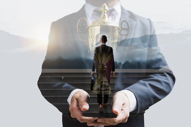 成功するビジネスの方法、成功し、達成し、目標の概念に焦点を当てる方法、リーダーへの労働生活を発展させるために階段を上る青年実業家、賞を受賞した意思決定と選択の概念