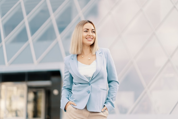 Donna d'affari di successo in abito blu