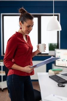 Успешная деловая женщина в офисе компании, просматривая диаграммы