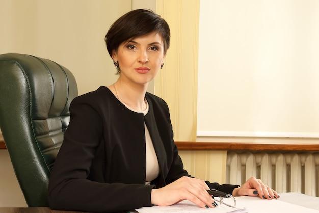 Успешная деловая женщина в офисе