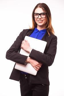 Donna d'affari di successo è in piedi sul muro bianco pon isolato.