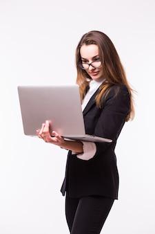 Успешная бизнес-леди стоит на изолированной стене.